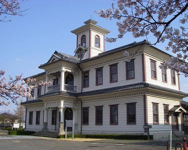 4月5日(火)より、旧伊達郡役所(福島県桑折町)で開催中の五代友厚展に広岡浅子展示が追加されます。<7月31日(日)まで>